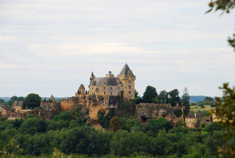 Vistas del castillo Montfort desde jardín Le Barde