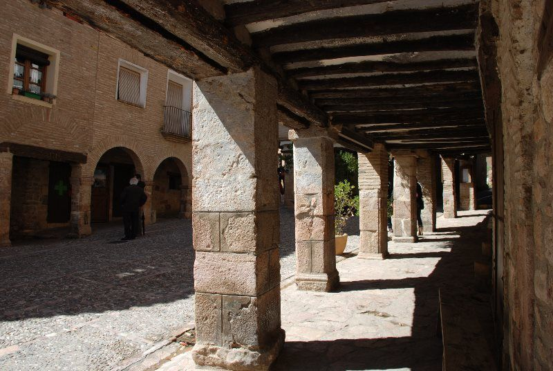 Plaza porticada en Alquézar