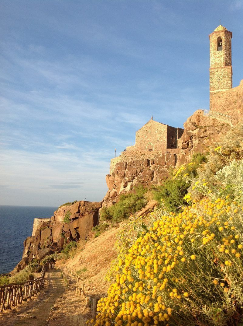 Paseo que lleva a la Catedral junto al mar