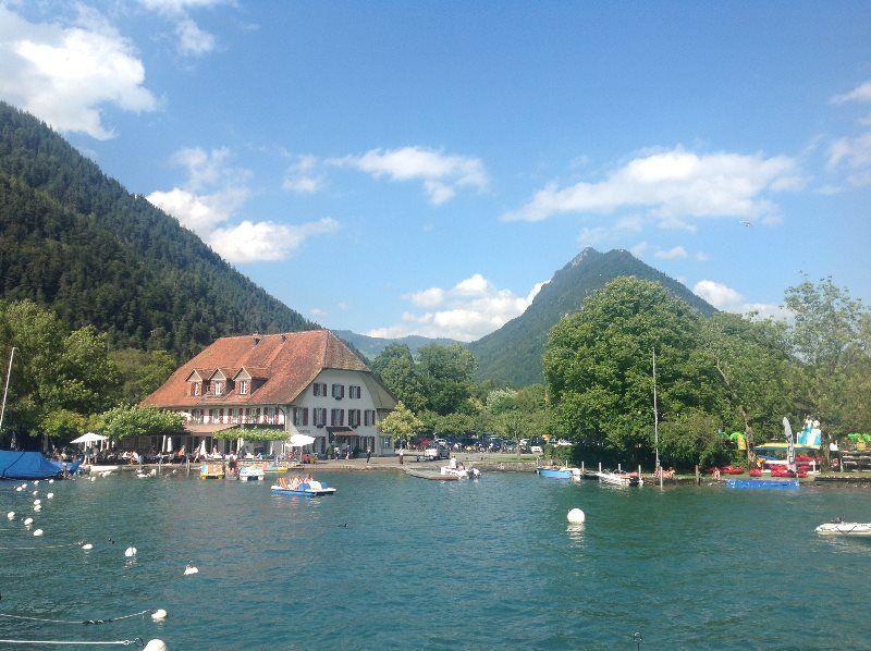 El hotel Neuhaus y el Harderkulm desde el lago de Thun