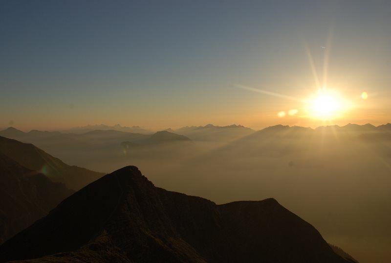 Puesta de sol mágica en los Alpes suizos