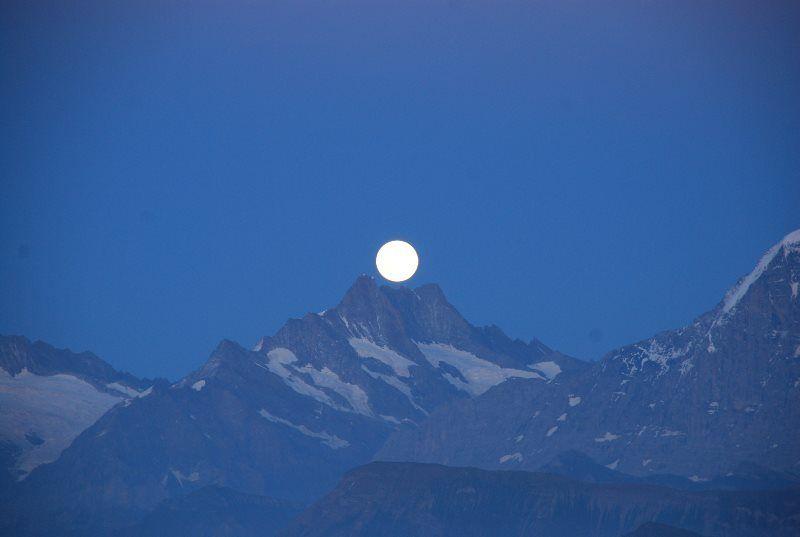 Montaña y luna llena
