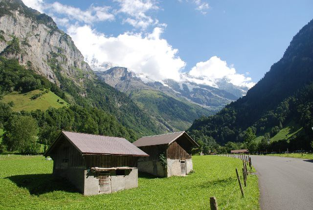 La carretera que va hacia Lauterbrunnen
