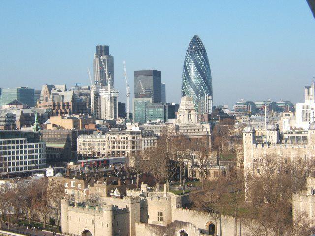 Torre de Londres y ciudad financiera desde Tower Bridge
