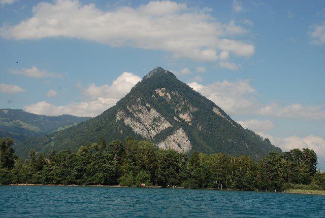 El Harder Kulm desde el lago de Thun