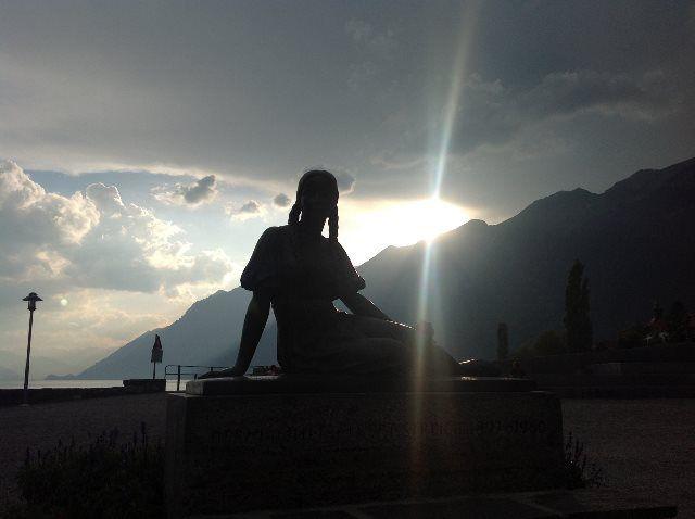 Estatuas en el lago de Brienz