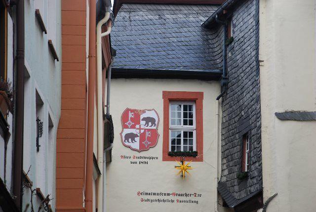 El escudo de la ciudad en las fachadas de edificios