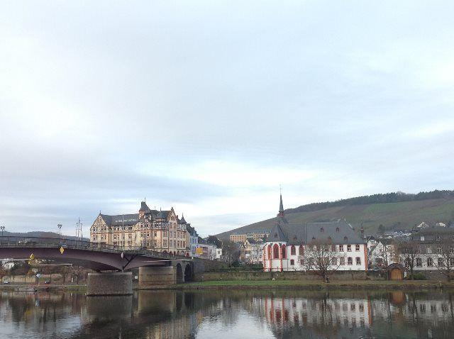El puente que une Bernkastel y Kues