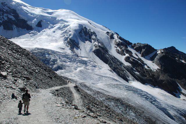 Camino junto al glaciar Trift