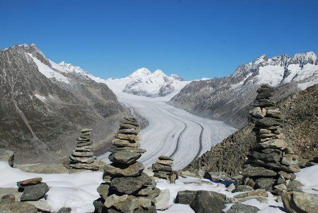 Mojones de piedra ante el glaciar