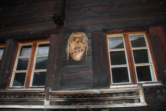 Tschäggätta en las fachadas