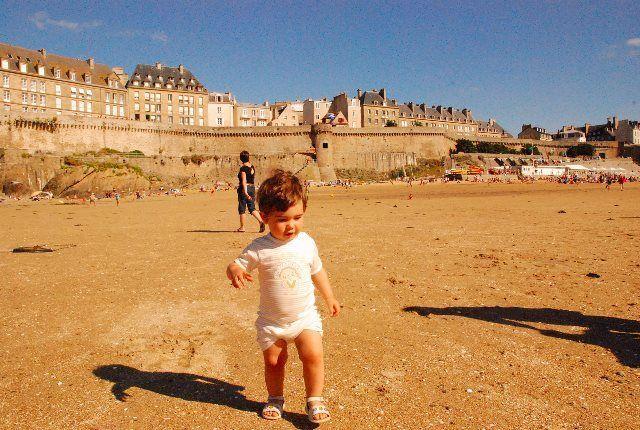 Buscando conchas en la playa de Saint Malo