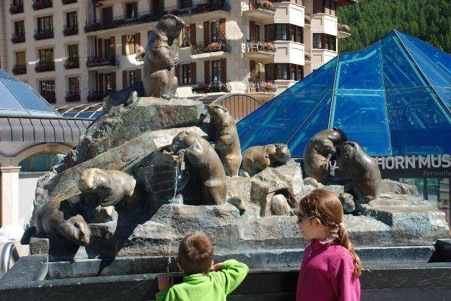 La fuente de las marmotas delante de Zermatlantis