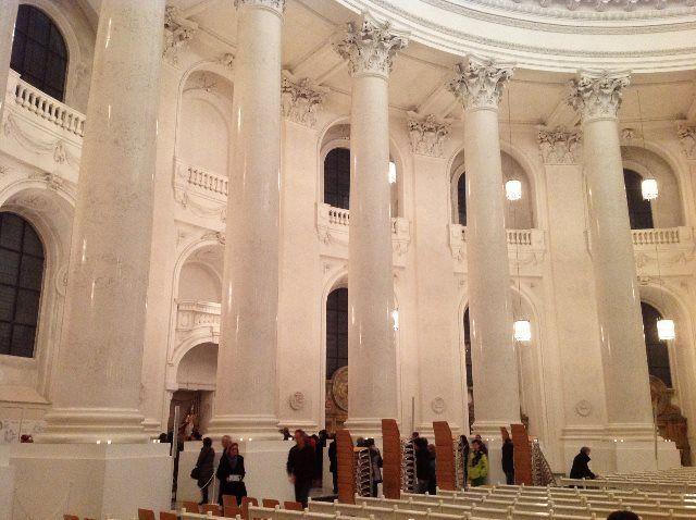 Sobrecogedor y cegador blanco de la catedral