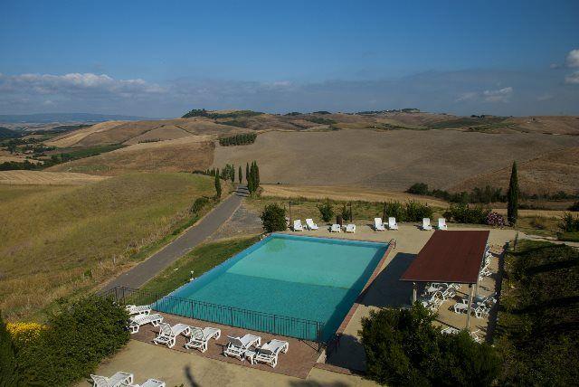 Panorámica de la piscina y campos toscanos