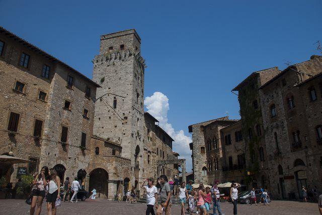Piazza della Cisterna, San Gimignano (Toscana)