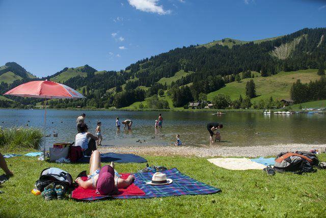 Tomando el sol en el lago Schwarzsee