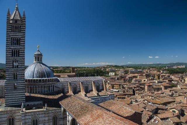 Vista de la cúpula y campanille de la catedral desde el Facciatone de Siena