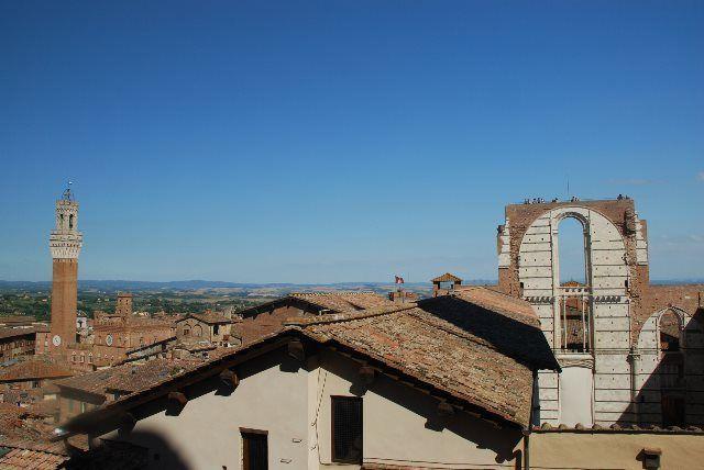 Vistas del Facciatone y la Torre Mangia desde la Catedral, Siena