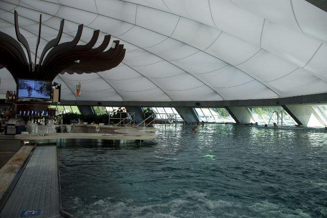 Bar y piscina interior