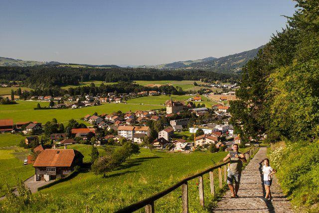 paseo hacia el pueblo desde Gruyères