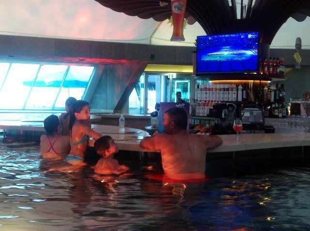 Tomando algo en el bar de la piscina
