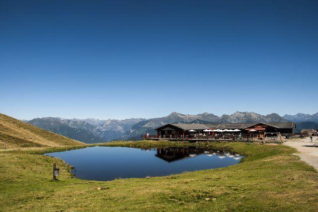Bella panorámica de los Alpes en Monte Tamaro