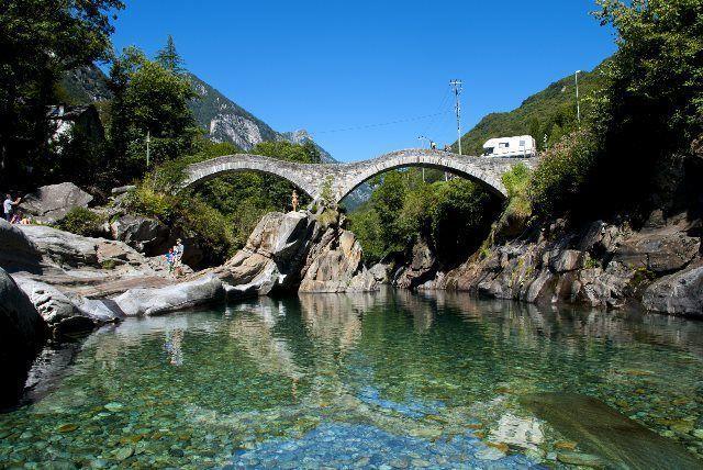 El río a su paso por el puente medieval de Lavertezzo