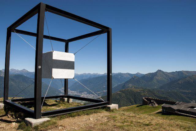 Escultura del cubo suspendido