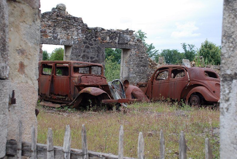 antiguo garaje con coches quemados