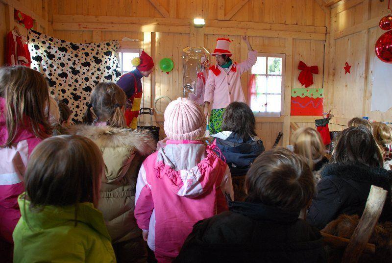 Payasos en el pueblo de la Navidad