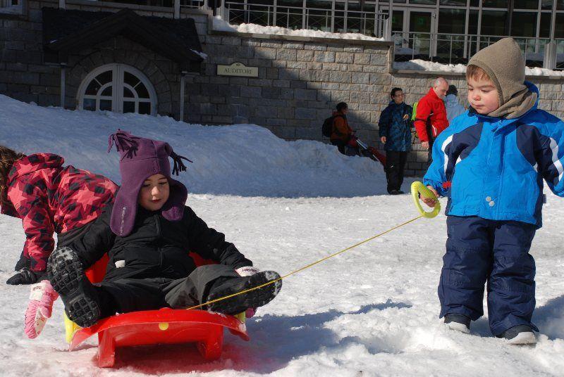 Martina y Jan jugando en la nieve