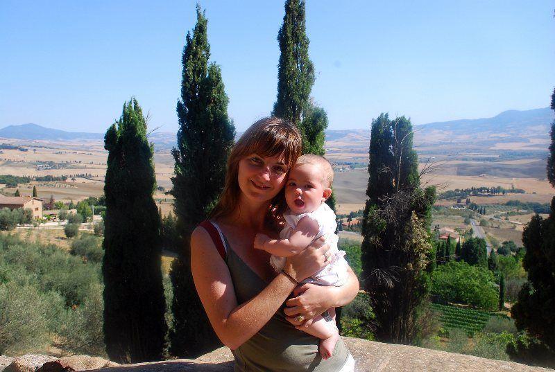 Isa y la pequeña Martina en Pienza