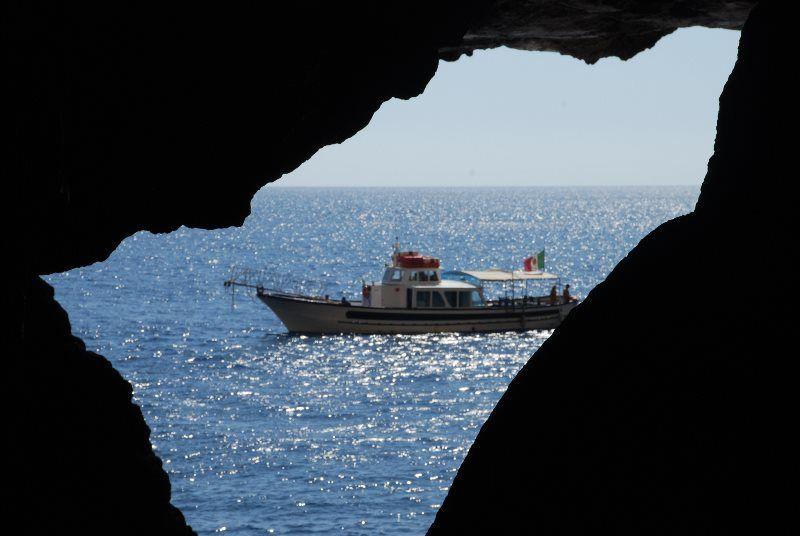 Barco alejándose de la gruta