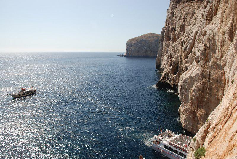 Barcos llegando a las Grutas de Neptuno