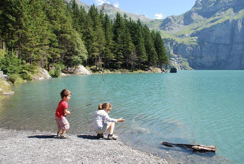 Jugando en el lago Oeschinen