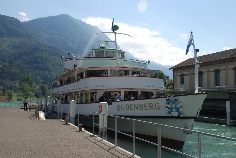 Barco de la BLS en el embarcadero de Interlaken Oeste