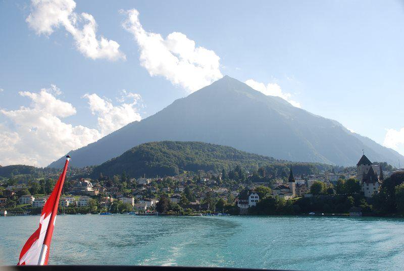 La pirámide del Niesen desde el Lago de Thun