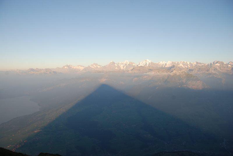 La sombra de la pirámide suiza