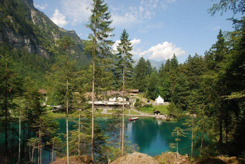 Paseo por el sendero que bordea el lago Blausee