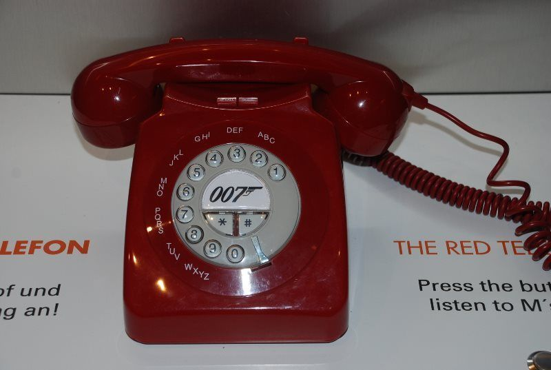 Teléfono rojo de la saga James Bond