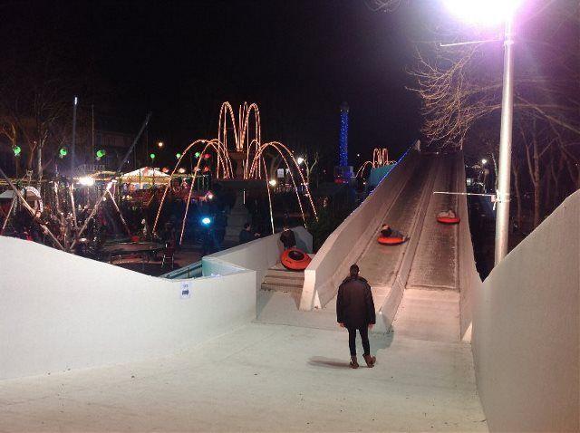 Toboganes de hielo en la Place André Chénier