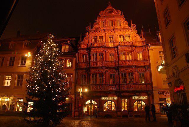 El árbol de Navidad en la calle principal