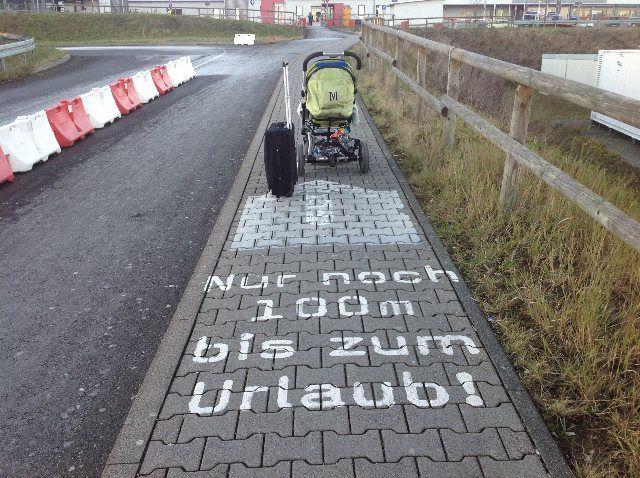 Simpáticas indicaciones hacia el aeropuerto de Hahn (a 100 metros de las vacaciones)