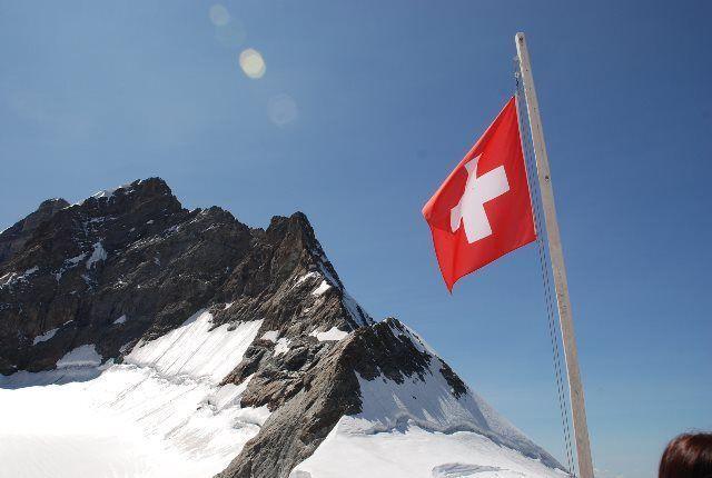 La bandera suiza ondea orgullosa en el plateau