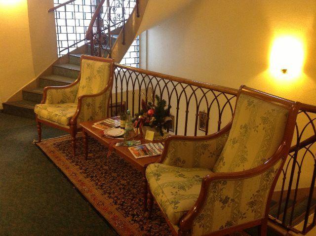 Butacas dispuestas en los pasillos ofrecen lugares de relax y descanso alternativos a la habitación