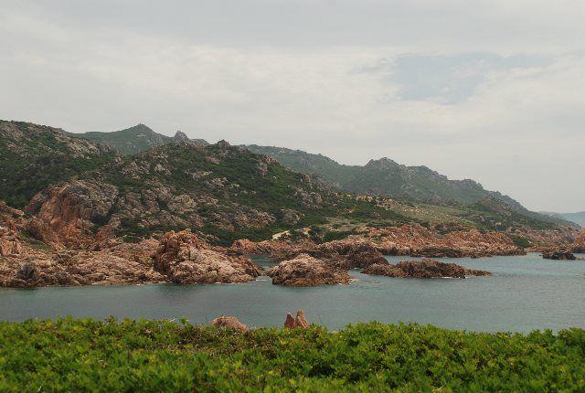 Verde y azul dominan el paisaje de Cala Serraina