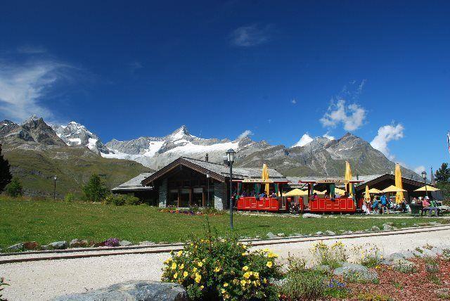 El tranvía rojo llegando a Riffelalp Resort