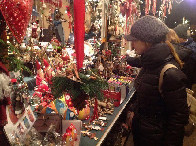 Isa buscando adornos para decorar nuestro hogar
