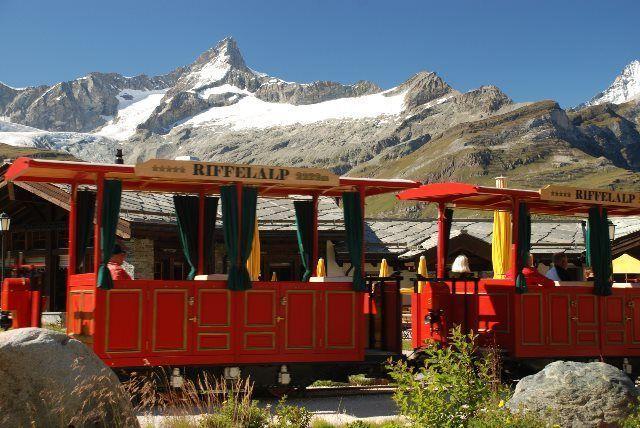 El tranvía que comunica la estación con el restaurante